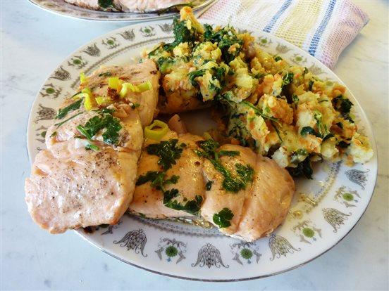 Opekaný losos so zemiakovo-zeleninovo-špenátovou kašou