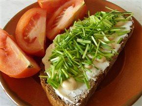 Na raňajky chleba s mäkkým syrom, horčicou a pažítkou